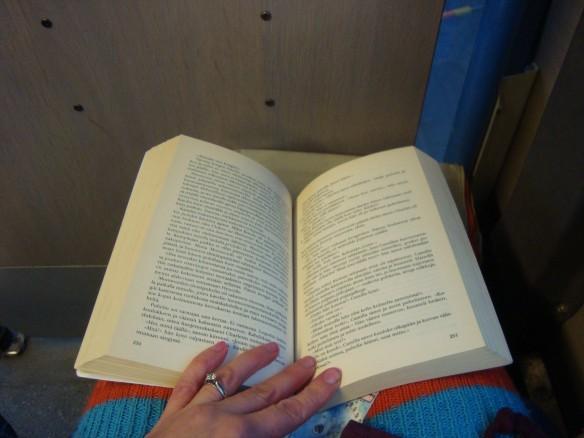 Bussissa olis hyvin aikaa lukea, mutta uh...jo parin minuutin päästä tulee huono olo.