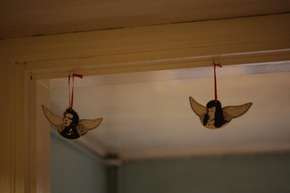 Kolmen enkelin sarja, Sid, Betty ja Jasser (ei kuvassa). Nämä on Taikin joulumyyjäisistä reilun kymmenen vuoden takaa. Yhdet ihanimmista koristeista, joita minulla on.