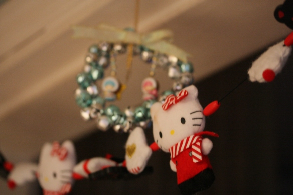 Hello Kitty korttipidike tai jotain ja LTS koriste, molemmat kolmannelta Japanin reissulta.